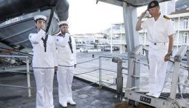 El vicealmirante Kyd saluda en el momento de embarcar en el HMS Enterprise. Foto InfoGibraltar