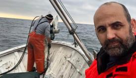 Alvaro Cuadros, de Vox La Línea, a bordo de un pesquero de La Atunara mientras suben las redes