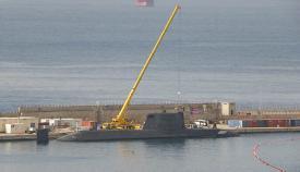 El HMS Ambush en Gibraltar, en febrero de 2019, junto a una grúa. Foto NG