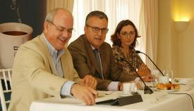 Ángel Gavino, subdelegado del gobierno de la Junta de Andalucía en el Campo de Gibraltar, en el centro de la foto