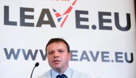 """Arron Banks, ante un cartel de la campaña """"Leave.Eu"""""""