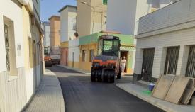 Una máquina asfaltando una de las calles de La Línea. Foto: NG