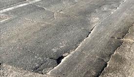 Rodaduras y asfalto roto en las carreteras de Gibraltar