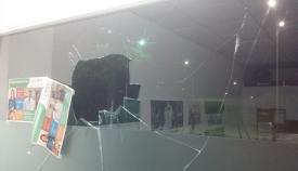 Así quedó uno de los cristales de la sede de Podemos en La Línea tras el ataque