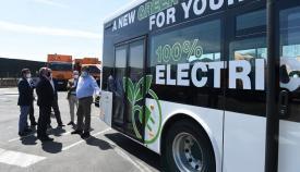 Responsables municipales junto al autobús. Foto: algeciras.es