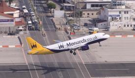 Un avión de Monarch despega del aeropuerto de Gibraltar