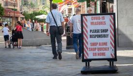 Calle de Gibraltar con aviso por el Covid. Foto SR