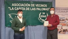 El concejal Jorge Juliá junto al portavoz de una asociación de vecinos. Foto: algeciras.es