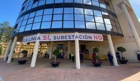 El Ayuntamiento de La Línea con la pancarta en contra del proyecto. Foto: Sergio Rodríguez