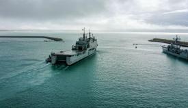 El BAA 'Castilla' abandonando la dársena de la base de Rota, este mediodía. Foto: ARMADA/CG Flota