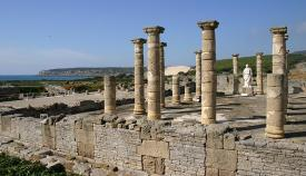 Imagen del enclave arqueológico de Baelo Claudia, junto a la playa de Bolonia en Tarifa