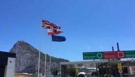 Banderas ondeando en la frontera de Gibraltar. Foto NG