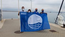Un momento del acto del izado de la bandera azul. Foto: lalínea.es