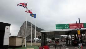 La bandera de la Commonwealth, junto a las de Gibraltar y Reino Unido