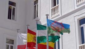 La bandera gitana ondea en el Ayuntamiento de San Roque