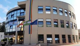 El Ayuntamiento linense, esta mañana con la bandera LGTBIQ. Foto: lalínea.es