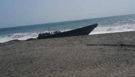 Junto a esta embarcación apareció el cuerpo sin vida de una persona