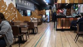 Uno de los bares que ha abierto este lunes. Foto NG