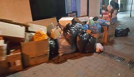 Basura acumulada en una calle del centro de Gibraltar