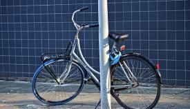 Una bicicleta en una farola. Foto: NG