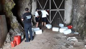 Agentes de la RGP con bidones incautados. Foto NG