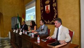 La delegada municipal da la bienvenida a los asistentes al seminario sobre Gibraltar y el Brexit