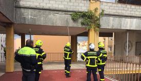 Los bomberos, actuando en la sede de la UNED en Algeciras