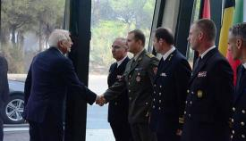 El ministro en funciones saluda a oficiales de distintos países europeos. Foto MAEUEC