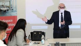 El ministro Bossano impartiendo una charla. Foto G.G.