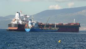 Barcos realizando tareas de bunkering en Gibraltar