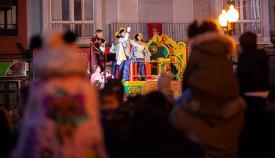 Los niños atentos a las carrozas de las cabalgatas de Reyes. Foto Sergio Rodríguez