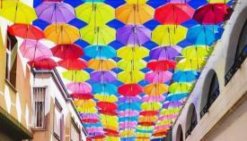 Paraguas en la calle Cadalso de La Línea. Foto: lalinea.es