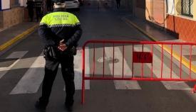 Un agente de la Policía Local, hoy controlando el paso de acceso al colegio