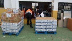 Descarga de los alimentos en las instalaciones de San Roque