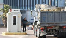 Un camión, a su paso por la aduana