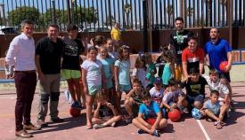 El concejal, Sebastián Hidalgo, junto a responsables de Juventud y niños del campamento