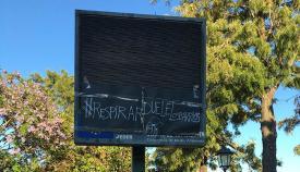 Uno de los paneles medioambientales tapados en Los Barrios