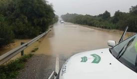 Bolsa de agua en la conocida como carretera de Arenillas, en Sotogrande
