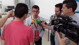 Juan Chacón, atendiendo a varios periodistas de La Línea