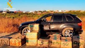 El vehículo intervenido junto al hachís que cargaba