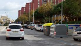 Un vehículo de la Policía Local de La Línea junto a varios contenedores