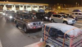Fotografía de archiva de vehículos esperando para embarcar en Algeciras