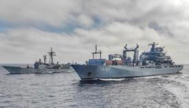 La fragata 'Victoria' (F 82), al fondo de la imagen, durante el PASEX con el buque alemán FGS 'Berlin'. Foto ARMADA/ORP Flota