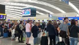 Colas de pasajeros ante las terminales de British Airways