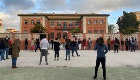 Padres y madres, esta mañana, a las puertas del Colegio La Velada. Foto: Sergio Rodríguez