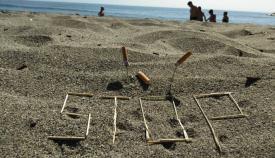 La presencia de colillas en las playas es habitual