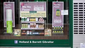Comercio gibraltareño cerrado por las medidas de confinamiento. Foto Sergio Rodríguez