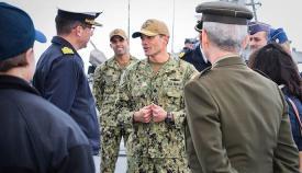 El comandante  del 'USS Ross' recibe a bordo a los miembros del Comité Hispano-Norteamericano. Foto US Naval Station Rota