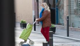 Una mujer, de compras con la obligada mascarilla. Foto Sergio Rodríguez