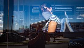Una mujer con mascarilla en el autobús. Foto: SR